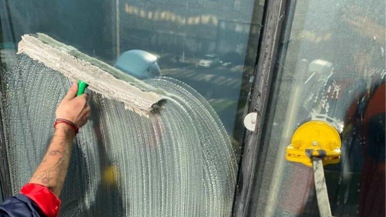 Accro Net Marseille Aix-en-Provence Cordiste Travaux en hauteur Nettoyage en hauteur travaux sur cordes accès difficile nettoyage de vitres immeuble